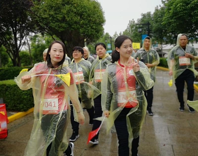 澳门网上赌彩信息2019.5.7《雨中铿锵健步走 初心不忘踏征程》 (2).png