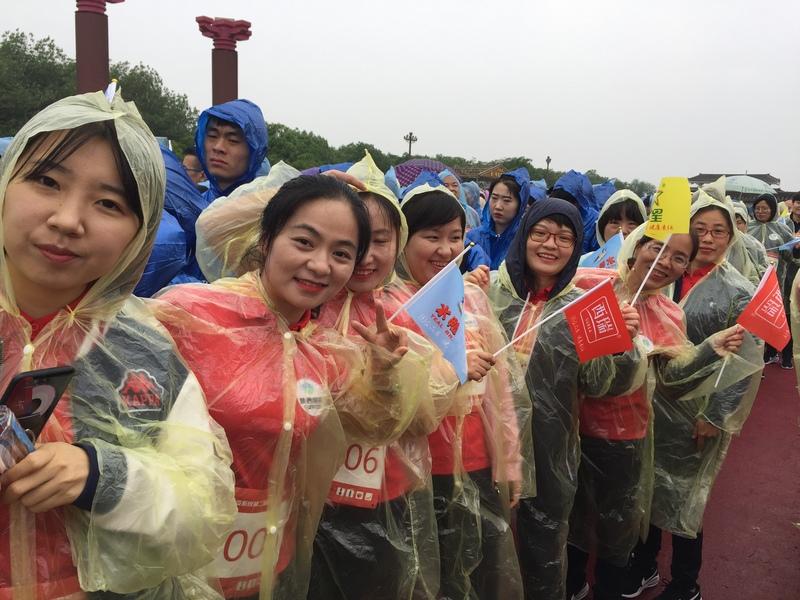 澳门网上赌彩信息2019.5.7《雨中铿锵健步走 初心不忘踏征程》 (3).png